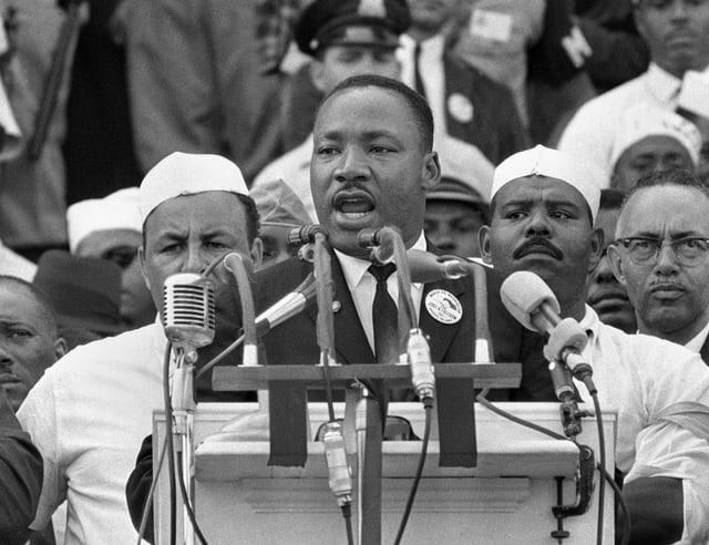 Martin Luther king steht hinter dem Rednerpult.