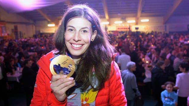 Dominique Gisin zeigt ihre Goldmedaille