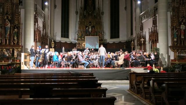 Sandro Blank probt mit dem Orchester in der Pfarrkirche Escholzmatt.