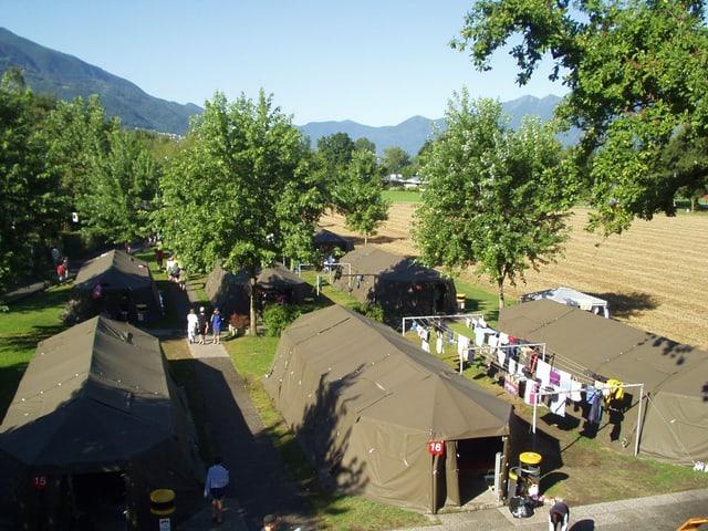 Militärzelte auf dem Gelände des Centro Sportivo Tenero.