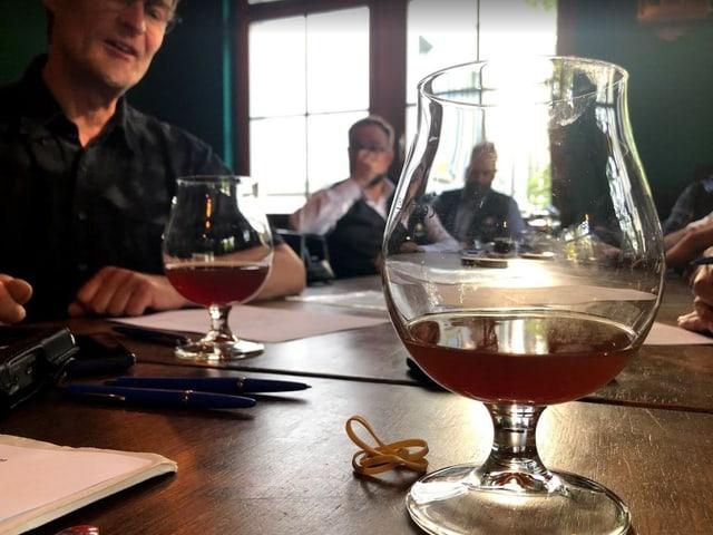 Ein Bier und verschiedene Jury-Mitglieder