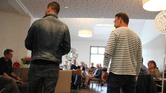 Reto Peritz, Bereichsleiter Show, und Nik Hartmann begrüssen die Gäste von «Hallo SRF! bi de Lüt».
