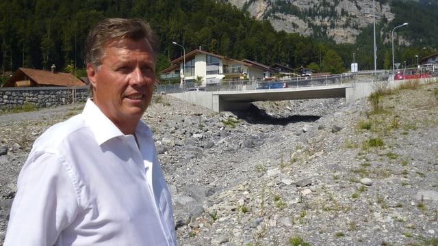 Andreas Andreoli, Präsident der Schwellenkorperation Brienz, beim schwer verbauten Glyssi-Bach.