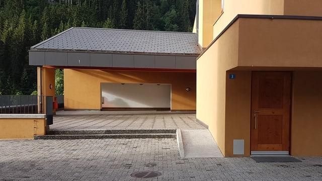 entrada da la chasa da scola Danis