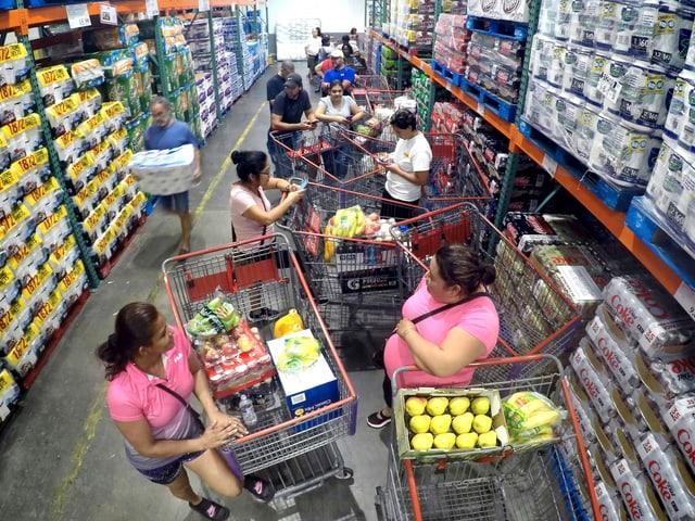 Menschen in einem Supermarkt warten auf mehr Wasser.
