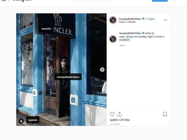 Iouri Podladtchikov steht im Eingang eines blau gefärbten Geschäfts.