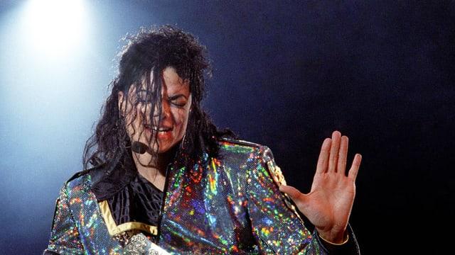 Michael Jackson in Glitzerkostüm auf der Bühne.