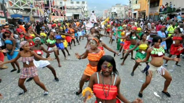 Haitianer feiern in Port-au-Prince Karneval.
