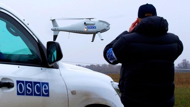 Ein OSZE-Beauftragter beobachtet die Ankunft einer Drohne in der Nähe der ukrainischen Hafenstadt Mariupol.
