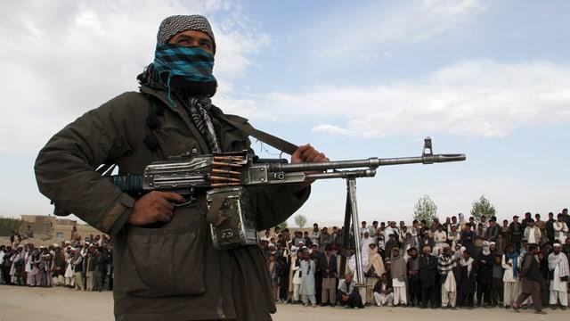 Ein schwer bewaffnetes Mitglied der Taliban