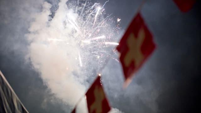 Feuerwerk über Schweizer Fahnen