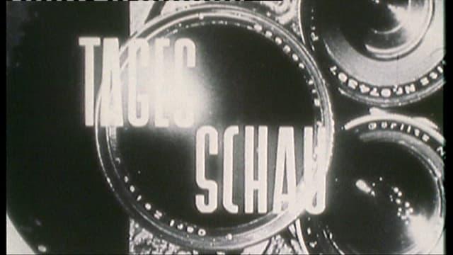 Der Titel der Tagesschau von 1953. Eine Kameralinse im hintergrund und der Schriftzug Tagesschau.