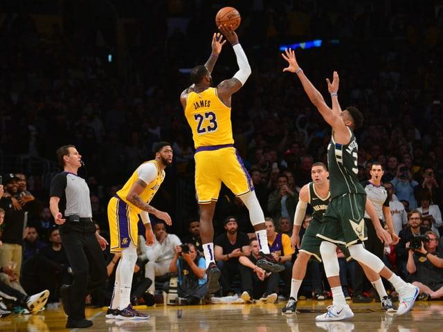 LeBron James im Duell mit Giannis Antetokounmpo.