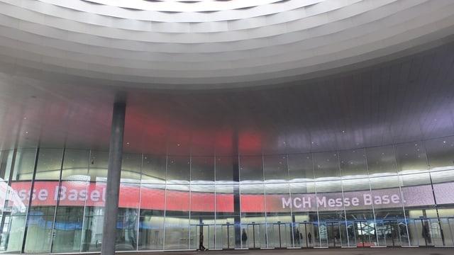 Unter der City Lounge vor dem Eingang zur neuen Messehalle