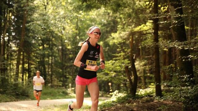 Martina Strähl läuft durch den Wald