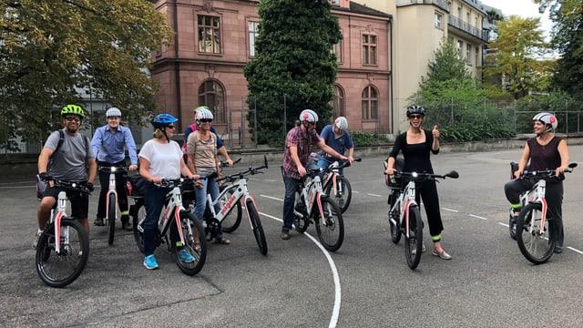 Eine Gruppe mit E-Bikes.