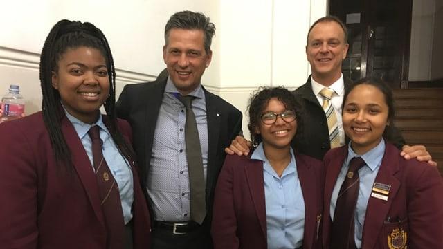 Il rectur Roman Walker (sen. ) ed Ursin Defuns cun scolaras da la Namibia