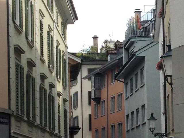 Einblick in eine Strasse mit alten Häusern.