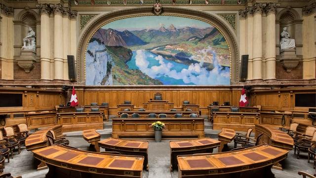 Blick in den leeren Saal des Nationalrats von hinten.