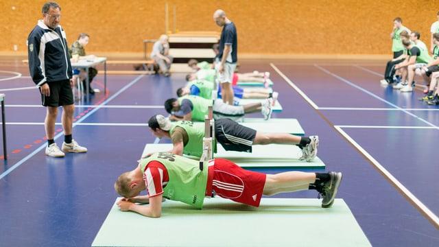 Junge Männer beim Fitnesstest während der Aushebung