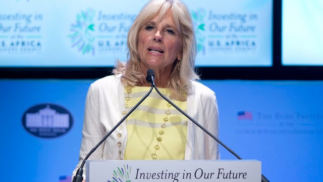 Jill Biden an einem Rednerpult