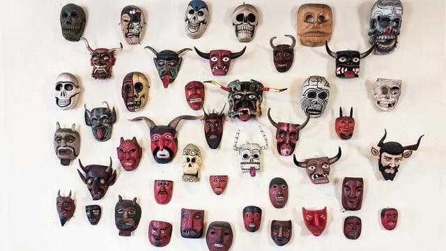 Wand voller Teufelsmasken