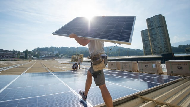 Mann trägt Sonnenkollektoren.