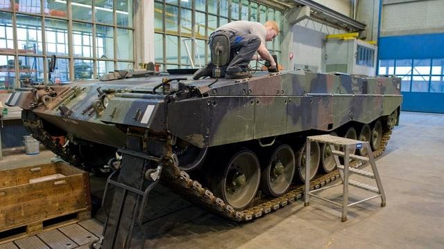 Leopard Panzer bei der Wartung durch die Ruag.