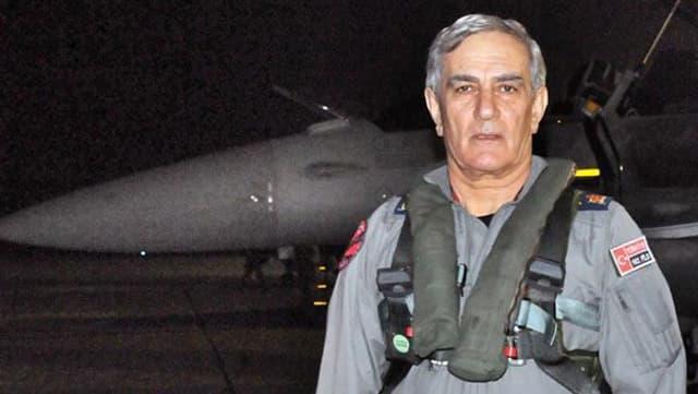Ex-Luftwaffenchef Akin Öztürk  vor einem Flieger.