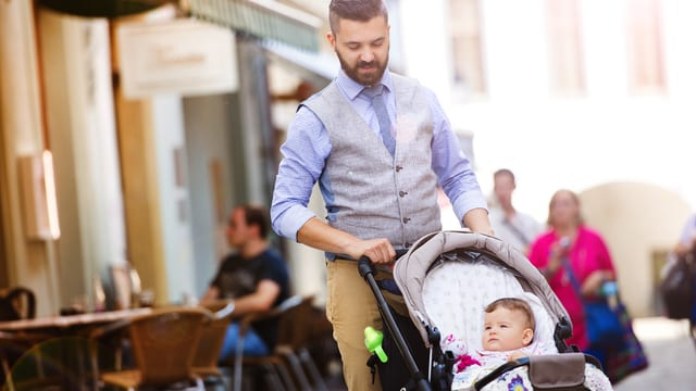 Junger, hipper Mann mit seinem Kleinkind.