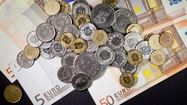 Euro-Noten und Schweizer Münzen
