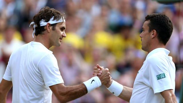 Roger Federer und Roberto Bautista beim Handshake.