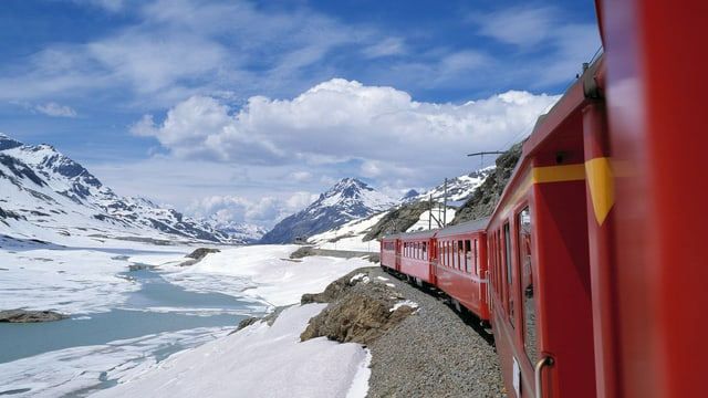 Tren da la viafier rhetica sin il pass da Bernina.