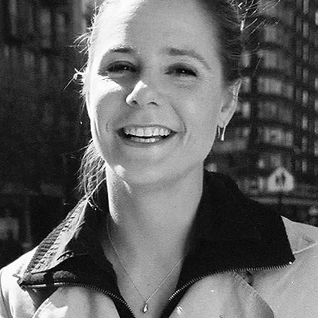 Porträt einer Frau, die lächelt.