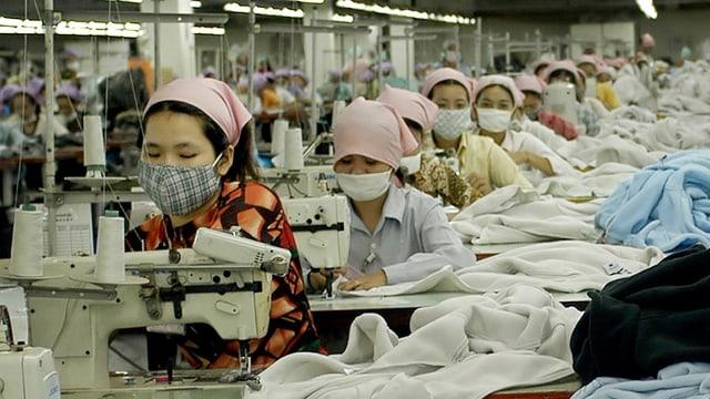 Zahlreiche Näherinnen in einer Fabrik