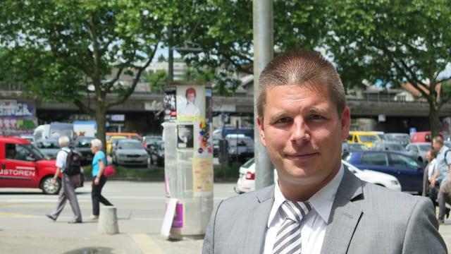 Erich Hess steht am Bollwerk. Hinter ihm der Eisenbahn-Viadukt vor der Reitschule