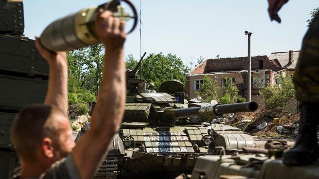 Separatists pro-russ vi dad armar ils chars armads.