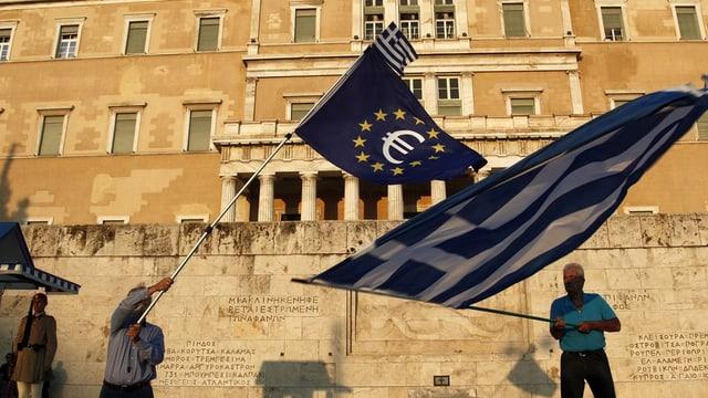 Bandieras da l'UE e da la Grezia avant il parlament ad Athen.
