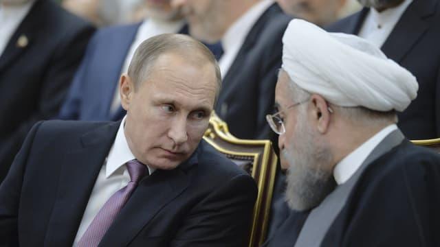 Putin und Rohani reden miteinander.