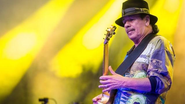 Carlos Santana spielt Gitarre