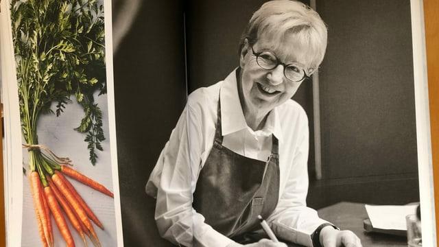 Eine Frau mit Kochschürze über ihren Notizen.