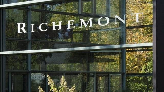 Glasfassade mit Schriftzug «Richemont»