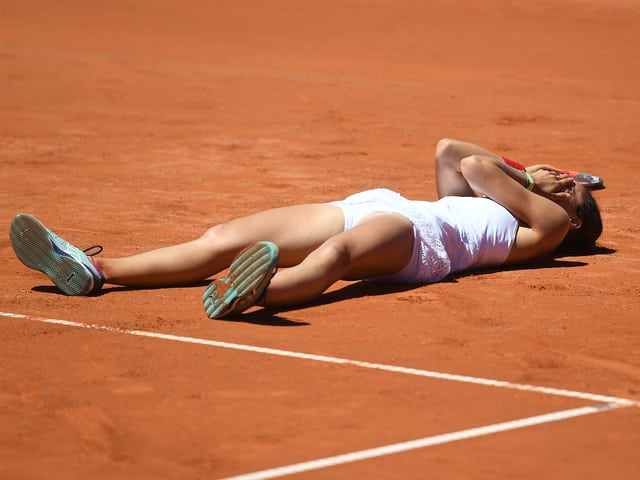 Viktorija Golubic liegt auf dem Boden.