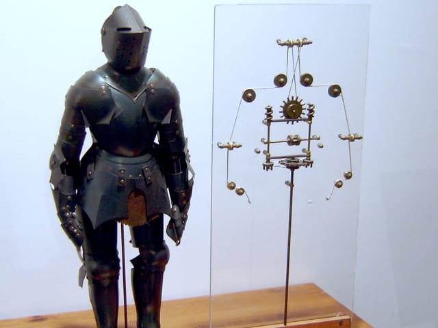 Ritter aus Blech und rechts daneben der Entwurf von Leonardo da Vinci