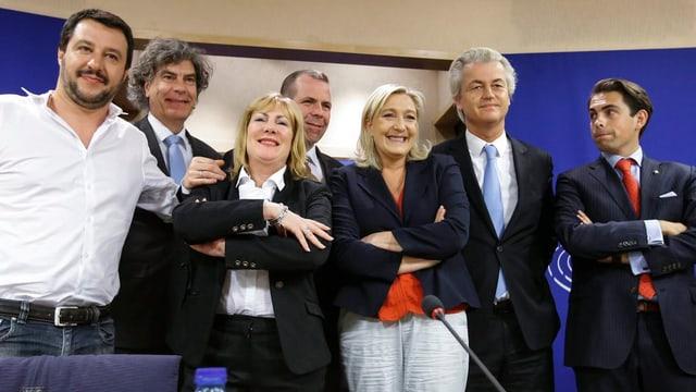 Marine Le Pen und Geert Wilders stehen mit Fraktionskollegen nebeneinander.