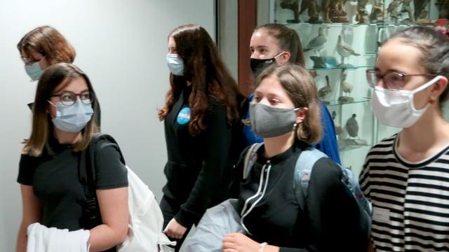 Schülerinnen der Kanti Alpenquai in Luzern mit Schutzmasken.
