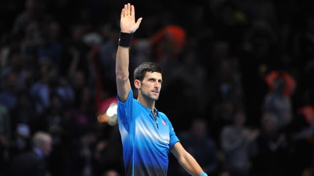 Novak Djokovic streckt seine rechte Hand in die Höhe.