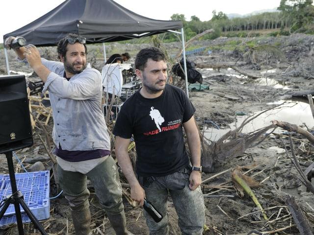 zwei Männer auf einem verwüsteten Feld