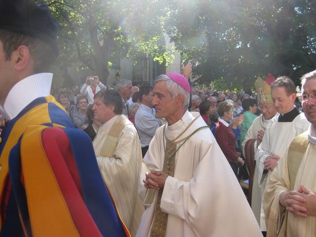 Der neue Bischof Jean-Marie Lovey zwischen Schweizergardisten.