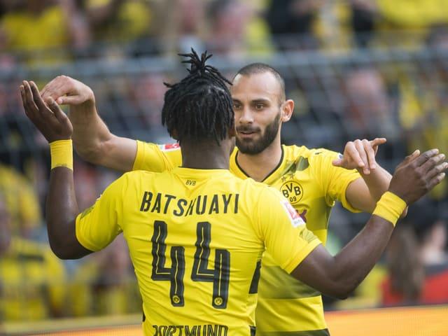 Die Dortmunder feiern den Sieg.